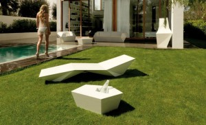 Faz ležaljka i stolić, design Ramon Esteve_ proizvođač VONDOM